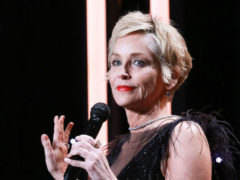 Слишком смело: Шэрон Стоун примерила платье с прозрачными вставками из кристаллов и перьев