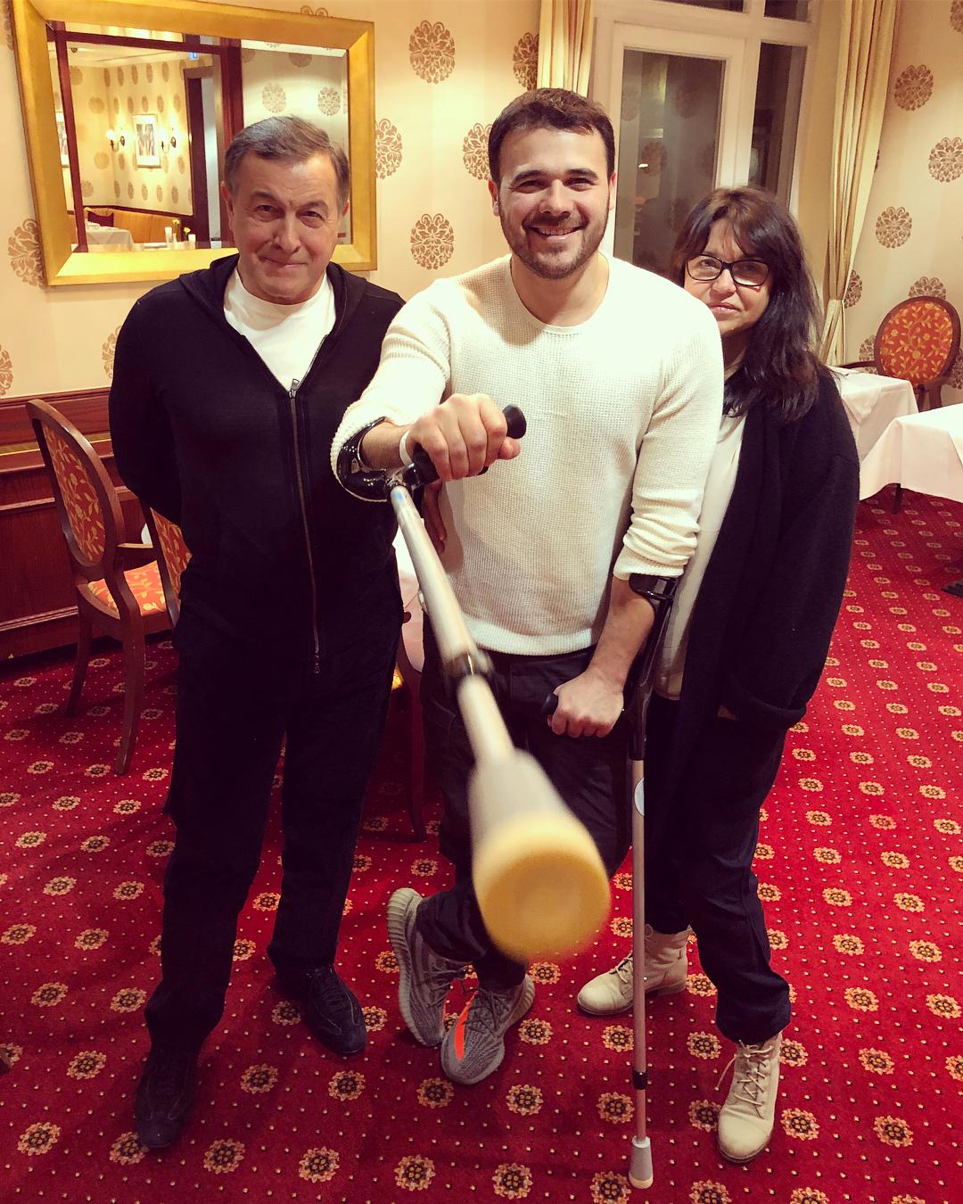 После экстренно проведенной операции Эмин Агаларов передвигается по квартире на костылях