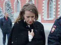 Неизвестный напал на Ксению Собчак и плеснул в нее прозрачной жидкостью, похожей на кислоту