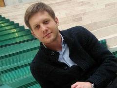 После перенесенной операции Борис Корчевников выглядит болезненно и вынужден работать только лежа