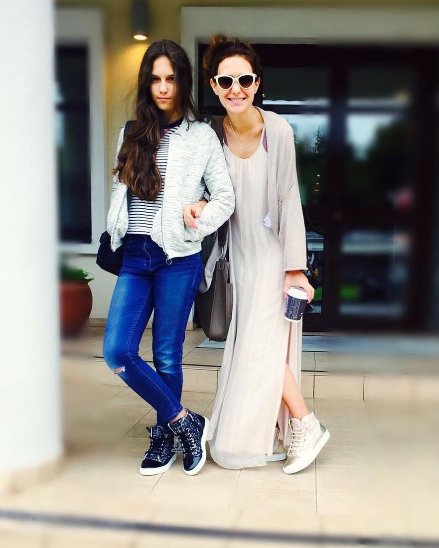 Сменившая прическу Екатерина Климова рядом с 16-летней дочерью выглядит точно ее ровесница
