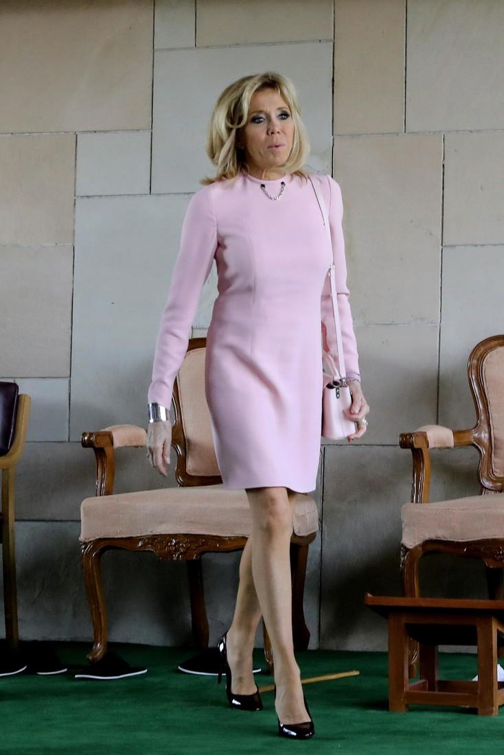 Слишком смело: 64-летняя Брижит Макрон поразила индусов ультракоротким розовым платьем