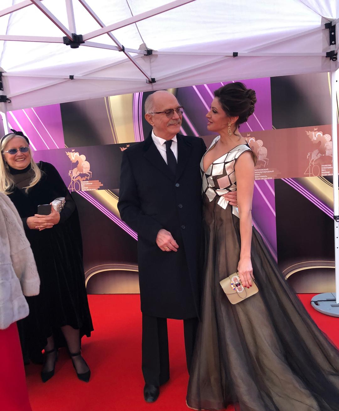 Михалков позабыл о супруге, заглядевшись на Анастасию Макееву в абсолютно прозрачном платье