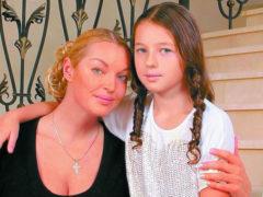 Подросшая дочь Анастасии Волочковой покоряет интернет откровенными фото в купальнике