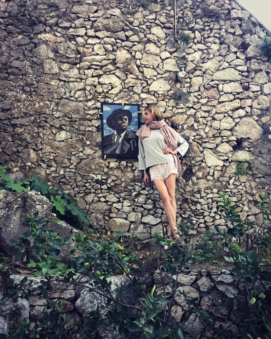 """Любовь Толкалина """"случайно"""" выставила напоказ все, что у нее под платьем в провокационном видео"""
