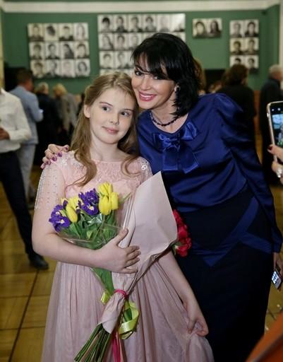 Заметно повзрослевшей дочери Александра Абдулова рассказали всю правду о ее знаменитом отце