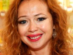 42-летняя Елена Захарова после родов оголила живот на сочинском пляже без малейшего стеснения