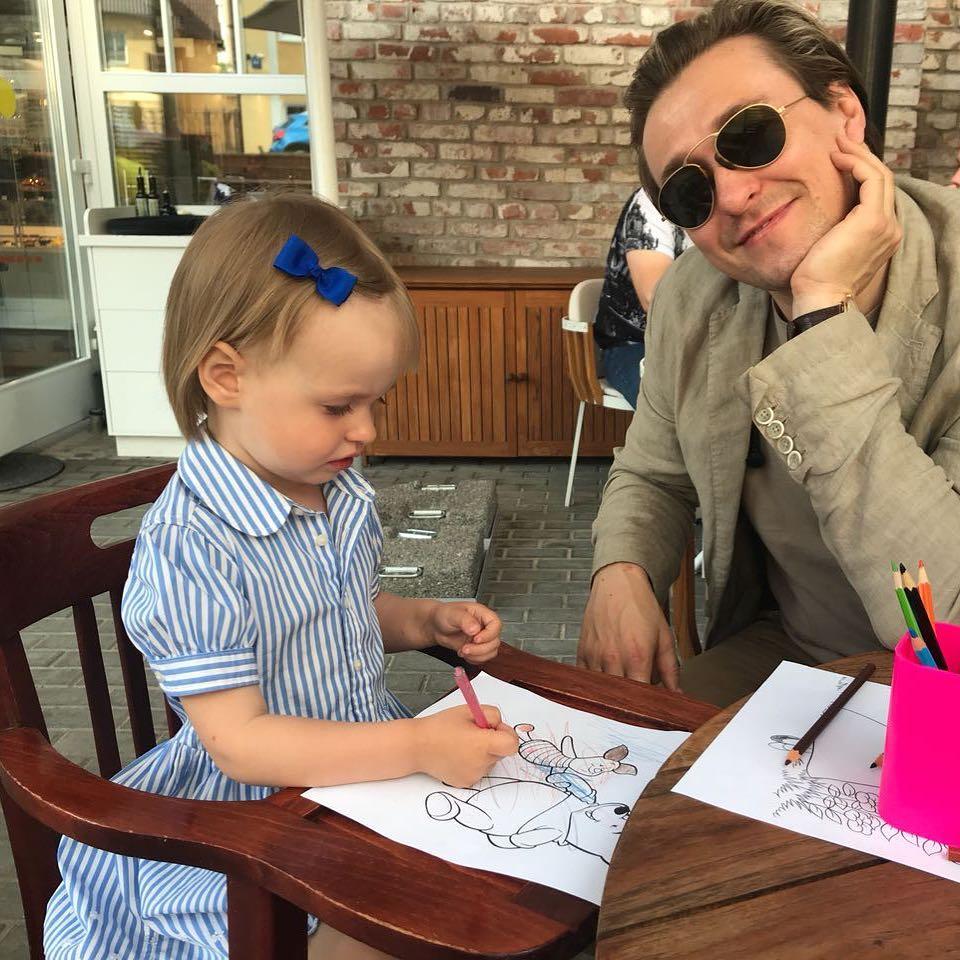Взвалил на свои плечи тяжелую ношу: многодетный отец Сергей Безруков показал младшего ребенка