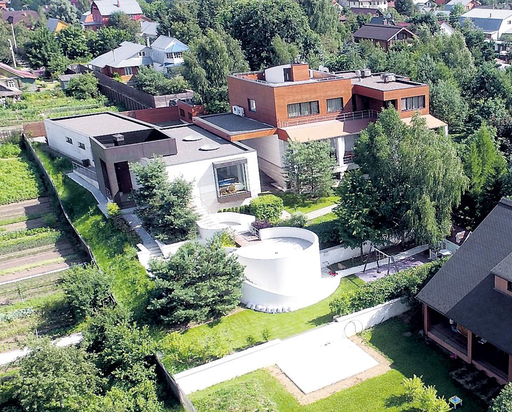 СМИ опубликовали уникальные снимки особняка Ивана Урганта стоимостью в полмиллиарда рублей