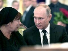 Деятели культуры и политики утешали убитую горем вдову на прощании со Станиславом Говорухиным