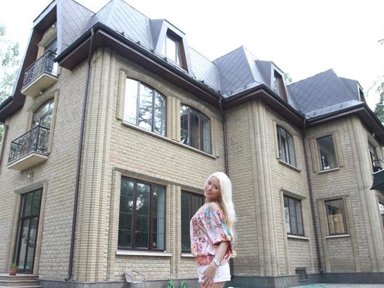 Алена Кравец рассказала о тяготах жизни на Рублевке и предложила снести дома, портящие вид из окна