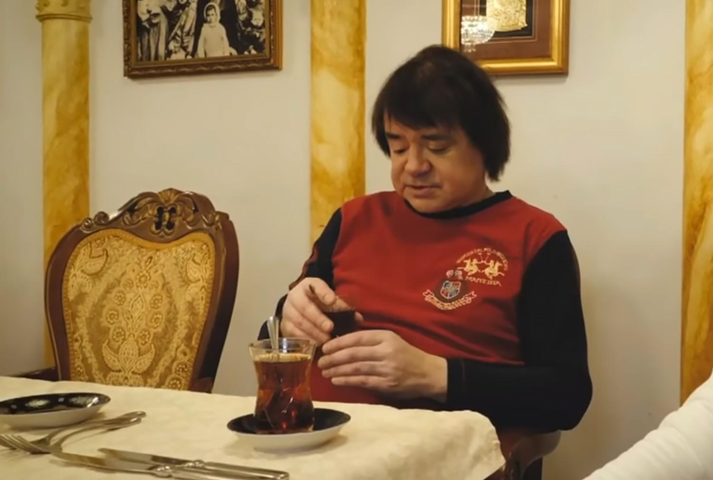 Евгений Осин голодает, находится на грани нищеты и вынужден продать свою роскошную квартиру