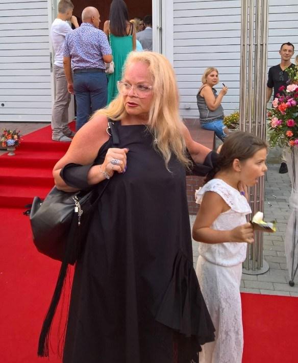 Лариса Долина в растрепанном виде и без грамма макияжа смело позировала с внучкой на камеры