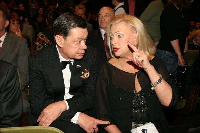 Цветущая и молодая Людмила Поргина транжирит все деньги онкобольного Караченцова на пластику лица