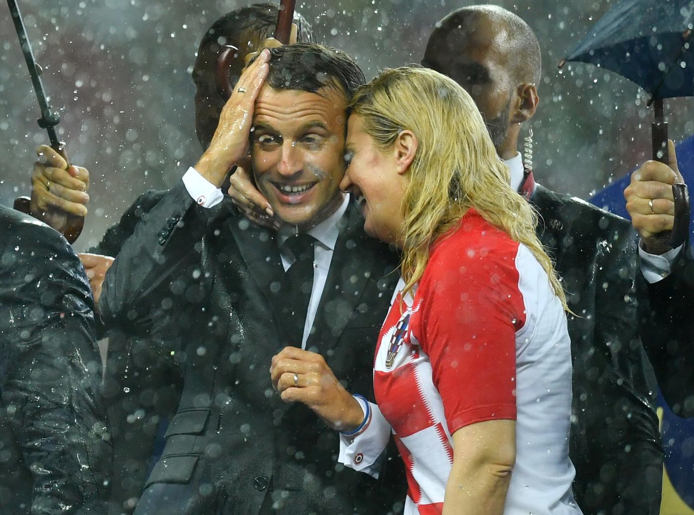 Забыв про 65-летнюю супругу, Эммануэль Макрон целовался у всех на глазах с президентом Хорватии