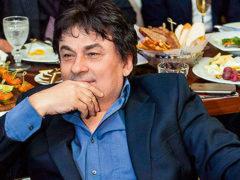 64-летний Александр Серов закрутил роман с экс-участницей «Дома-2» и уже поселил ее в своей квартире