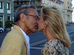 Высоцкая показывает настоящую страсть, не выпуская 81-летнего мужа из объятий даже на публике