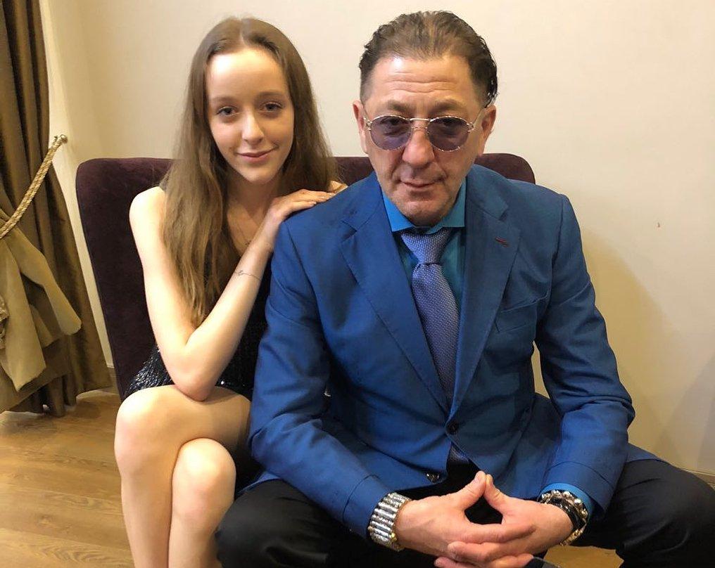 Григорий Лепс не стерпел неудобных вопросов о дочери и ударил известную журналистку у всех на глазах