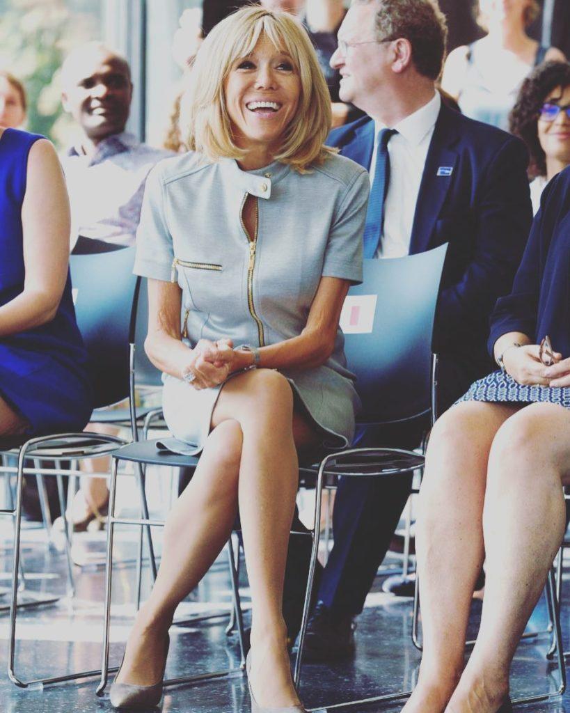 Супруга президента Макрона покорила моложавой и точеной фигурой, продемонстрировав стройные ноги