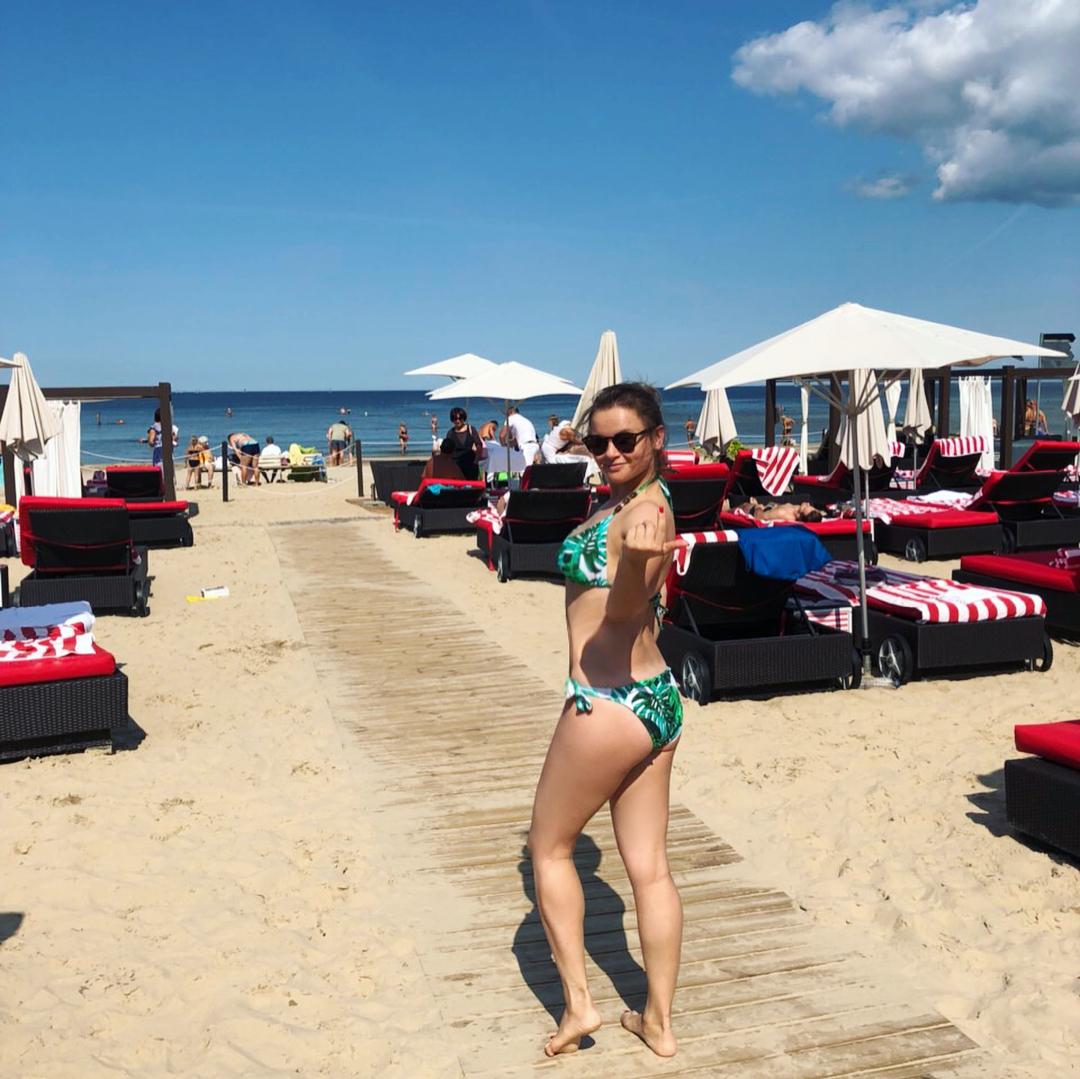 Мамочки в купальниках: стройная Юлия Проскурякова затмила красотой располневшую Вику Дайнеко