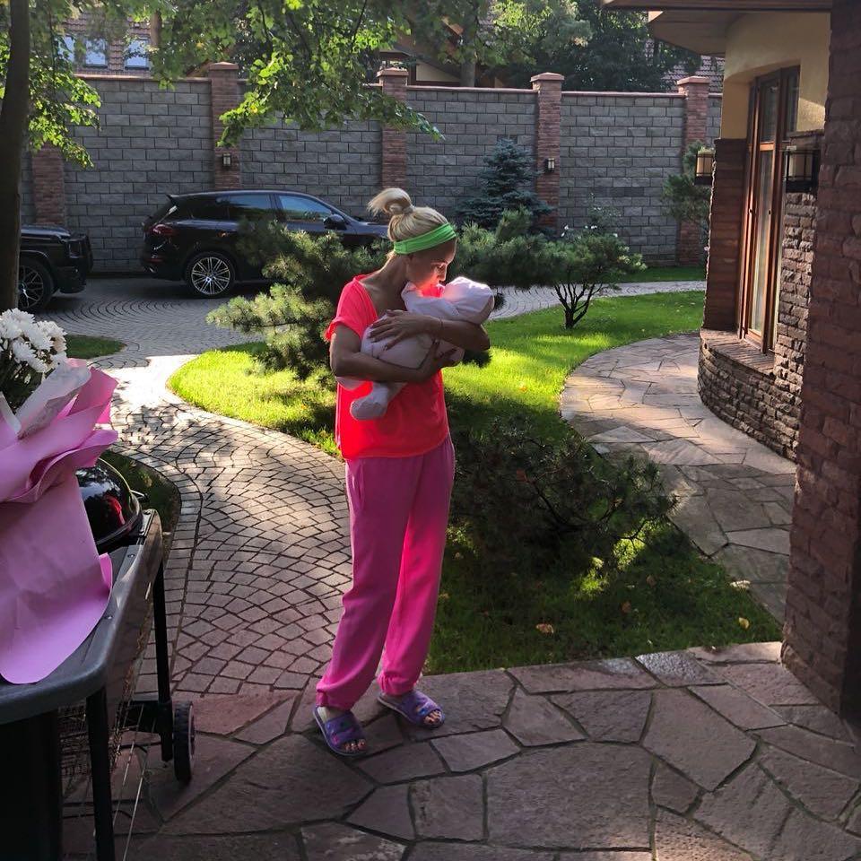 """""""Будто и не рожала"""": Лера Кудрявцева продемонстрировала осиную талию спустя две недели после родов"""