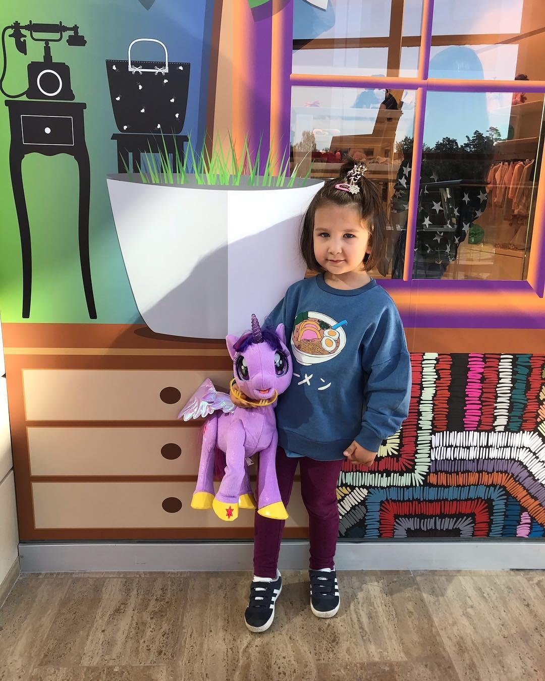 Сходство поразительное: Иван Ургант удивил публику снимком маленькой дочери, в точности похожей на него
