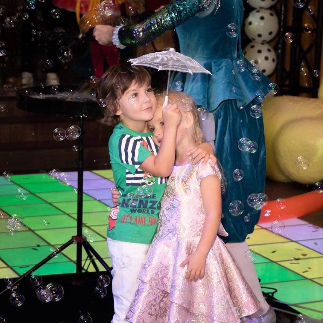 Вся Россия обсуждает экзотический наряд Аллы Пугачевой, в котором она «зажигала» на детском празднике