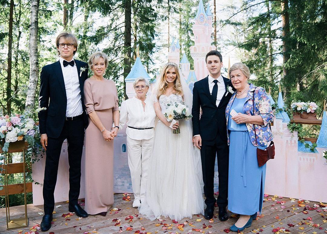 Редкие кадры: внучка 83-летней Алисы Фрейндлих показала, как элегантно сейчас выглядит ее звездная бабушка