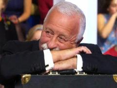 73-летний Леонид Якубович позабыл о приличиях и расцеловал молодую российскую певицу в прямом эфире
