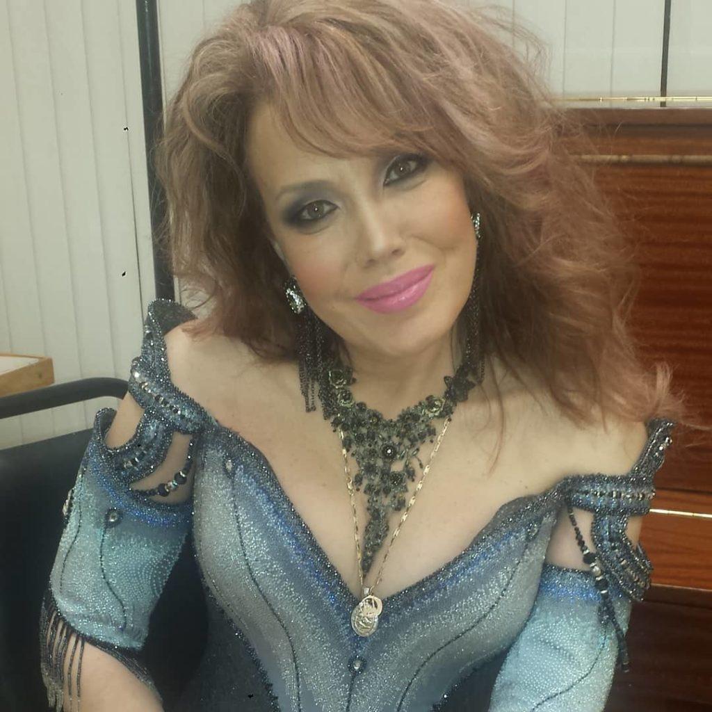 Шоу должно продолжаться: трагическая случайность заставила певицу Азизу выступать в инвалидной коляске