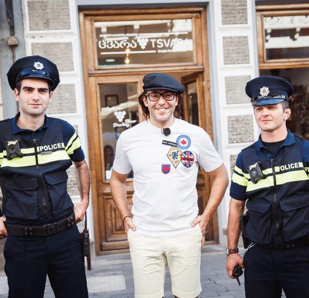 Лолита Милявская публично оскорбила Малахова и Костюшкина, накинувшись на них с кулаками в людном кафе