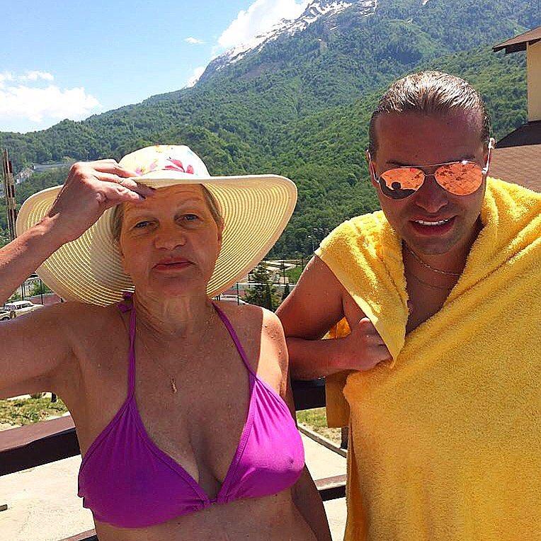 Брошенный пожилой супругой Гоген Солнцев весело проводит время на зажигательных вечеринках