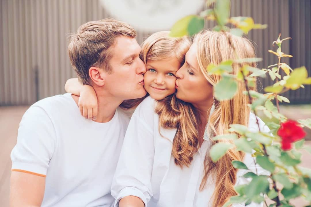 Красавица невероятная, вся в маму: Анатолий Руденко впервые опубликовал снимки подросшей дочери