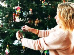 Юлия Высоцкая решила похвастаться четырехметровой елкой в огромном доме и едва не упала с лестницы