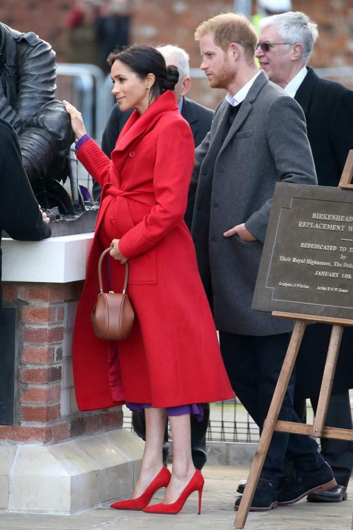 Беременная Меган Маркл вышла в свет в обтягивающем платье и на 16-сантиметровых каблуках