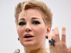 Максакова снова отличилась: артистка спела песню в расстегнутом корсете, не чувствуя музыки и не зная слов