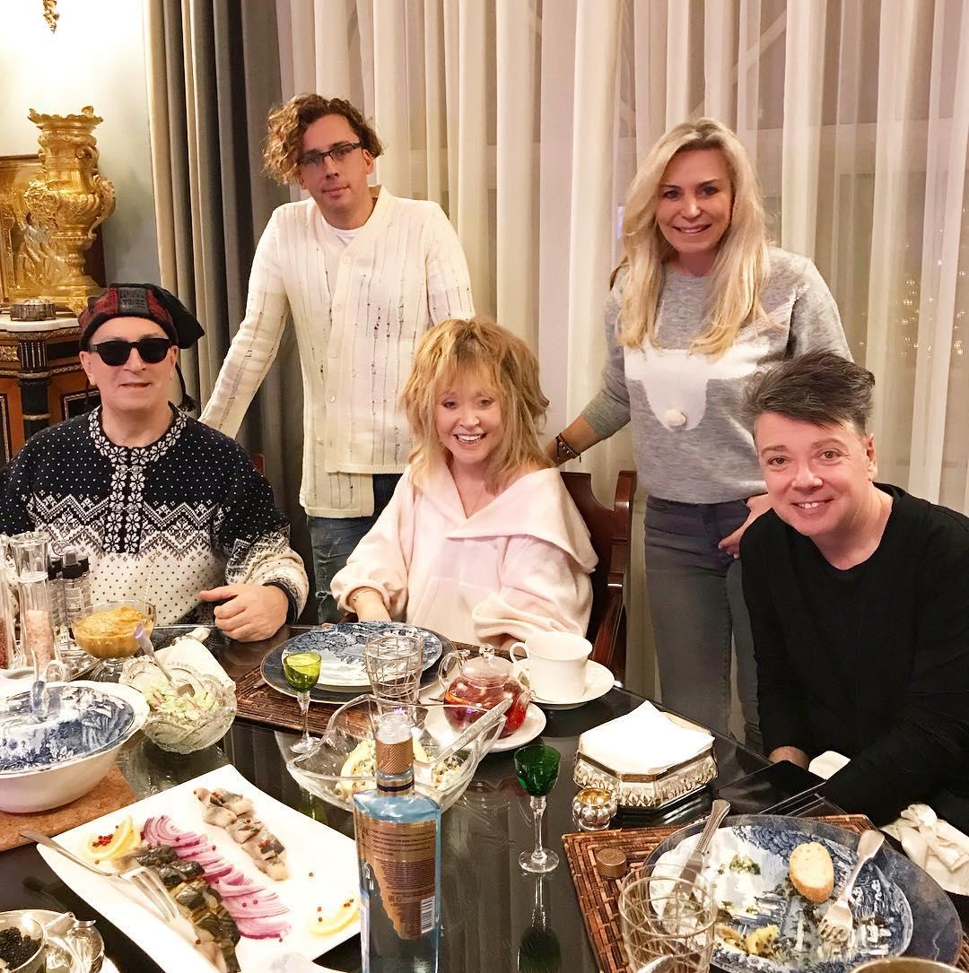 Оливье и селедка: новогодний пир звездной четы Пугачевой и Галкина в фамильном замке оказался скромным
