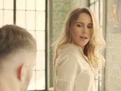 Певица Юлия Ковальчук втайне от мужа нашла молодого человека с помощью приложения для знакомств