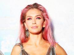 Певица Вера Брежнева решилась на перемены, покрасила волосы в смелый цвет и стала похожей на куклу Барби