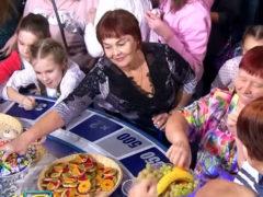Вся сеть удивлена странным видео с гостями «Поля чудес», устроившими набег на подаренную ведущему еду
