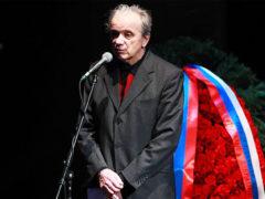 Актер Евгений Стеблов не выдержал горя и рухнул в обморок прямо у гроба на похоронах Сергея Юрского