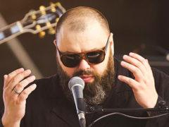 Потерявший слух из-за тяжелейшей травмы Максим Фадеев тренируется жить по-новому и поет по приборам