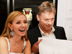 Дмитрия Пескова раскритиковали за «царские замашки» в ресторане, где официант заботливо вытирает ему рот