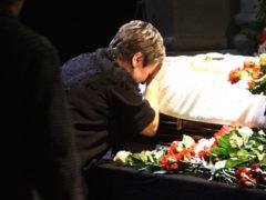 Раздавленная горем жена Владимира Этуша побледнела и едва держалась на ногах на прощании с актером