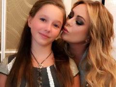 Дочь Юлии Началовой впервые после невосполнимой утраты выступила перед публикой в траурном платье