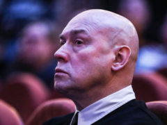 Актер Виктор Сухоруков упал на сцене и серьезно повредился прямо во время спектакля на глазах гостей театра