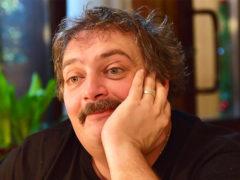 Кома и отек мозга: экстренно госпитализированный писатель Дмитрий Быков находится в тяжелом состоянии