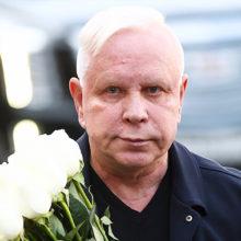Не смог донести букет: перенесшего инсульт Бориса Моисеева помощник под руку привел на концерт Пугачевой