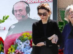 Безутешная мать прорыдала все похороны и едва держалась на ногах у гроба радиоведущего Сергея Доренко