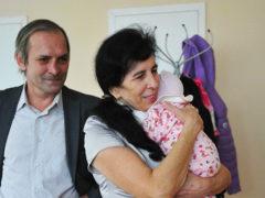 Родившая в 60 москвичка рассказала, как растет ее маленькая дочь, несмотря на негативные прогнозы врачей